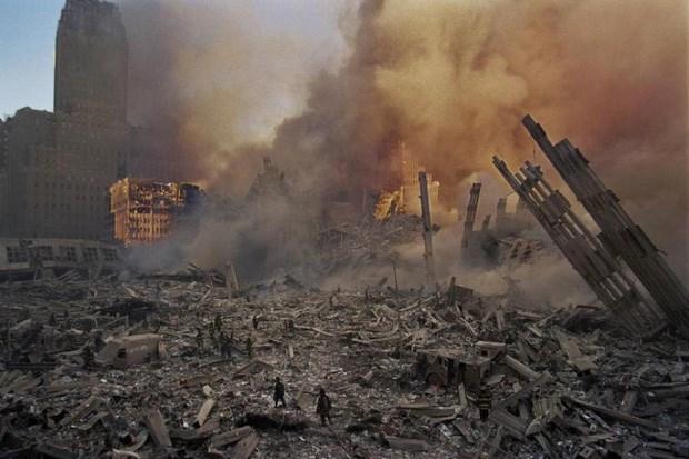 Sau vụ khủng bố, phải mất tới 8 tháng để dọn sạch đống đổ nát từ công trình Trung tâm Thương mại thế giới với đống đổ nát cuối cùng được dọn đi vào tháng 5/2002.Ảnh: Allthatsinteresting.