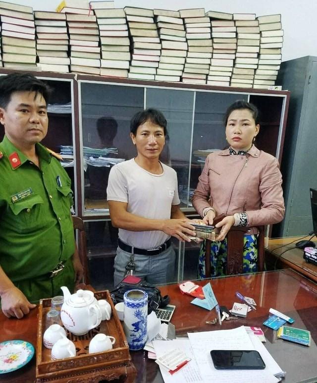 Anh Cường (giữa) trao trả tài sản cho chị Min.