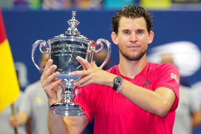 Thiem nhận cúp vô địch US Open 2020.
