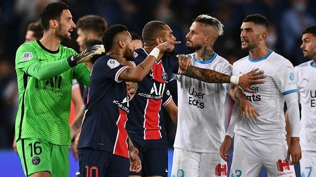 Neymar (số 10) tham gia vào cuộc tranh cãi. Ảnh: Reuters.