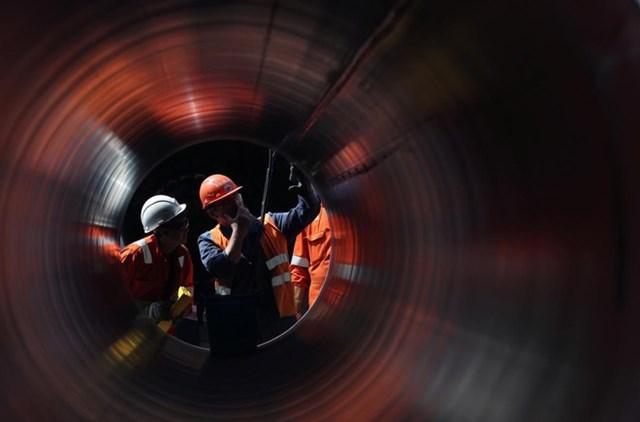 Công nhân lắp đặt đường ống dẫn khí đốt Nord Stream 2. Ảnh: Reuters.