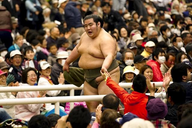 Võ sĩ Sumo trong sự hâm mộ của người dân.