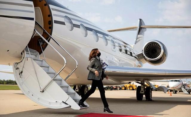 Ngay cả trên máy bay tư nhân nhỏ, các quy định về bảo vệ cá nhân và khẩu trang vẫn được tôn trọng. Trong ảnh: Ứng cử viên Phó Tổng thống Mỹ của Đảng Dân chủ, Thượng nghị sĩ Kamala Harris.