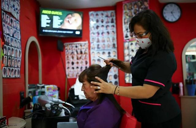 Ở một số quốc gia, hoạt động của các dịch vụ làm đẹp hiện đang tạm thời bị cấm. Các tiệm làm tóc ở Mexico vẫn mở cửa nhưng nhân viên của họ luôn đeo khẩu trang.