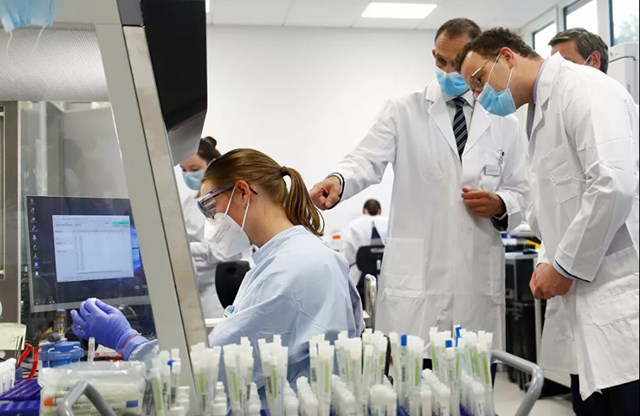 Làm thế nào để ngăn chặn đại dịch? Các nhà dịch tễ học và các nhà khoa học từ các quốc gia khác nhau đang cùng đấu tranh tìm ra giải pháp cho vấn đề này. Trong ảnh: Bộ trưởng Bộ Y tế Đức Jens Spahn trong phòng thí nghiệm Bioscientia Healthcare, nơi nghiên cứu Covid-19 đang được tiến hành.
