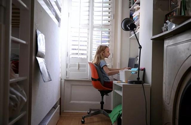 Do Covid-19, nhiều quốc gia đã chuyển sang đào tạo từ xa. Trong ảnh, một cô gái đang học bài trực tuyến ở nhà tại thành phố Brooklyn, New York, Mỹ.