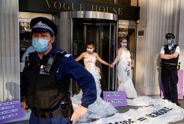 Một nhóm các nhà hoạt động xã hội ở London đang tổ chức một cuộc biểu tình bên ngoài nhà xuất bản nổi tiếng thế giới Conde Nast, yêu cầu bảo vệ các nguyên tắc tự do ngôn luận.