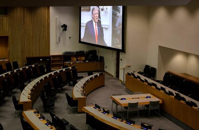 Một màn hình lớn trong một căn phòng trống của LHQ phát các bài phát biểu từ các nhà lãnh đạo của các quốc gia khác nhau. Trong ảnh: Tổng thống Mỹ Donald Trump phát biểu qua video thu sẵn.