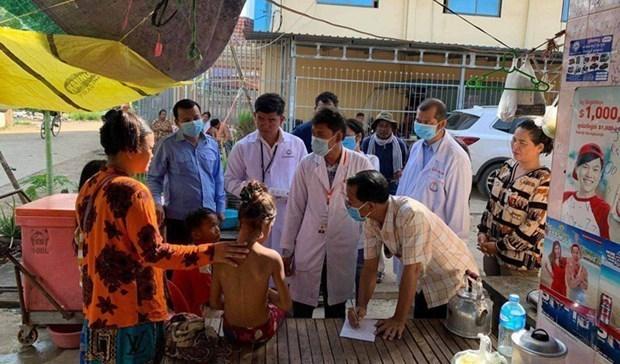Các bác sỹ khám cho bệnh nhân. (Nguồn: khmertimeskh.com).