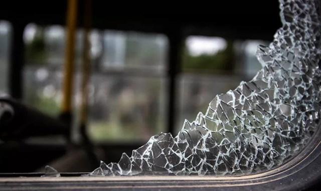 Một chiếc xe buýt bị hư hỏng sau trận pháo kích.