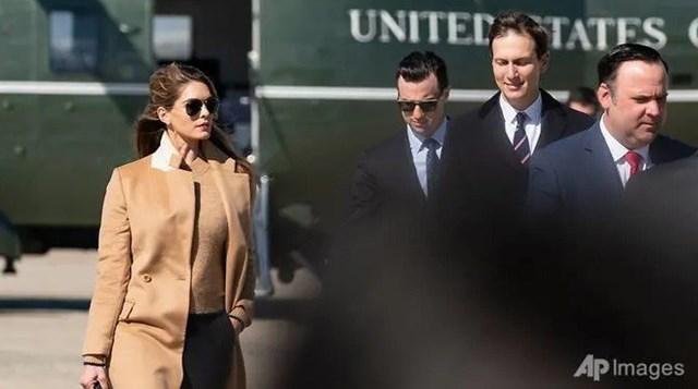 BàHope Hicks(trái) trong chuyến tháp tùng Tổng thống Trump hôm 30/9. (Ảnh: AP).