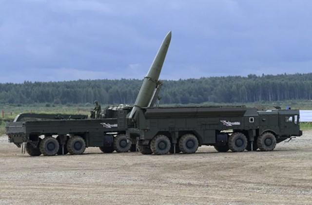Hệ thống tên lửa Iskander-M trong một cuộc trình diễn máy quân sự tại bãi tập Alabino.