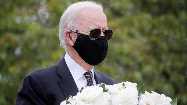 Ông Biden đep khẩu trang trong một chiến dịch tranh cử. Ảnh: AP.