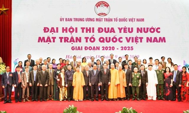 Thủ tướng Nguyễn Xuân Phúc, Chủ tịch UBTƯ MTTQ Việt Nam Trần Thanh Mẫn chụp ảnh lưu niệm cùng các đại biểu dự Đại hội Thi đua yêu nước Mặt trận Tổ quốc Việt Nam giai đoạn 2020-2025, ngày 18/9/2020.