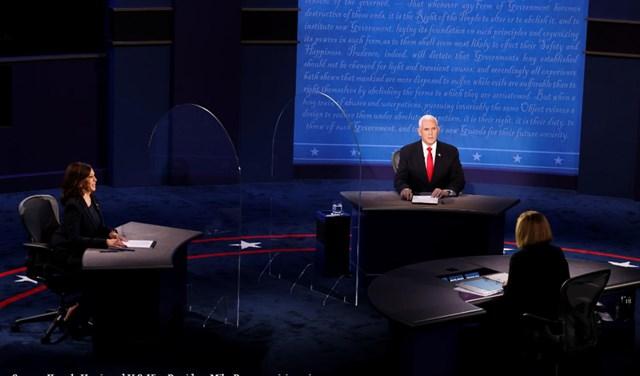 Nhũng tấm chắn thủy tinh được đưa lên sân khấu tranh luậnPence - Harris. Ảnh: Reuters.