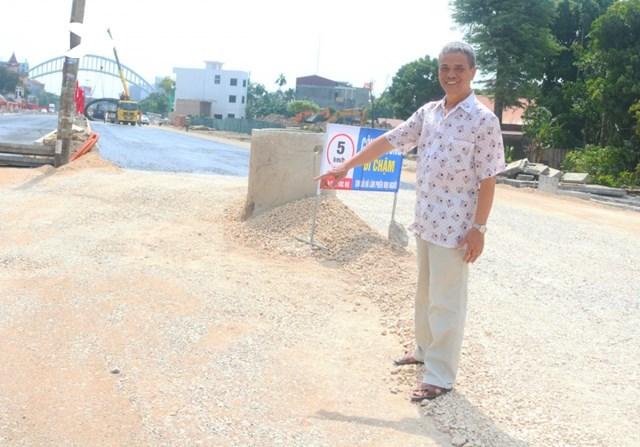 Ông Trần Văn Quý đứng trên mảnh đất vốn là căn nhà của gia đình mình, nay đã được giải phóng mặt bằng nhường đất cho dự án trục đường Hồ Sen - Cầu Rào 2.