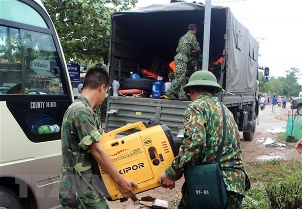Vận chuyển các trang thiết bị để tiếp ứng cho lực lượng cứu hộ cứu nạn. (Ảnh: Trần Lê Lâm/TTXVN).