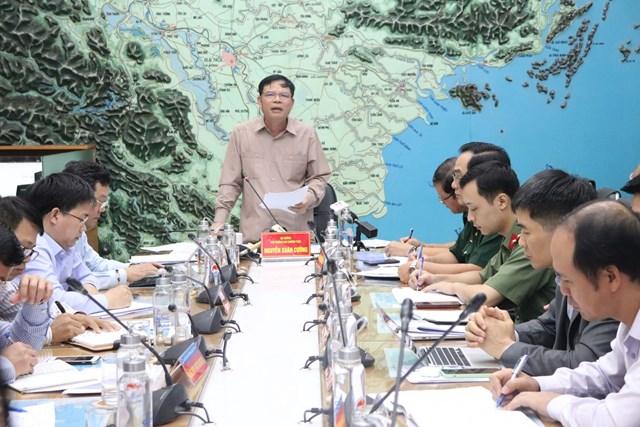 Bộ trưởng Bộ Nông nghiệp và Phát triển nông thôn Nguyễn Xuân Cường chỉ đạo cuộc họp.