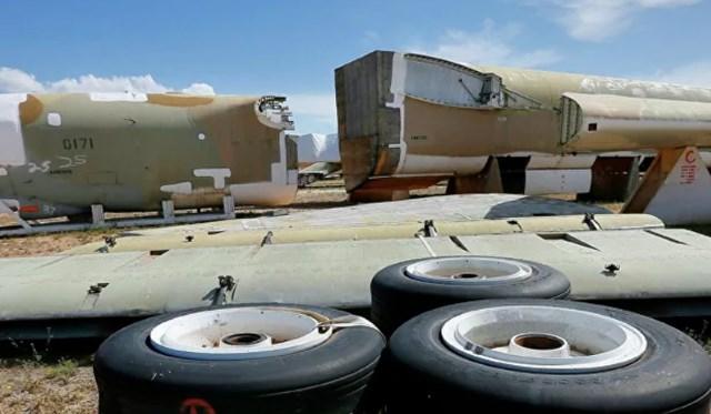 Một chiếc Boeing B-52 Stratofortress, số hiệu 58-0171, có biệt danh Lil Peach II, tháo rời theo Hiệp ước START mới, tại khu bảo trì và tái tạo hàng không vũ trụ số 309 thuộc Lực lượng Không quân Davis-Monthan Căn cứ ở Tucson, Ariz, Mỹ. Nguồn: AP.