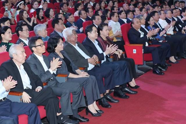 """Các vị lãnh đạo, nguyên lãnh đạo Đảng,Nhà nước và MTTQ Việt Nam tham dự Chương trình """"Cả nước chung tay Vì người nghèo"""" năm 2020. Ảnh: Quang Vinh."""
