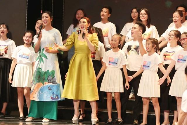 Hoa hậu Ngọc Hân (áo dài trắng) và ca sĩ Bảo Trâm (váy vàng) cùng các em nhỏ biểu diễn văn nghệ chào mừng Chương trình. Ảnh: Quang Vinh.