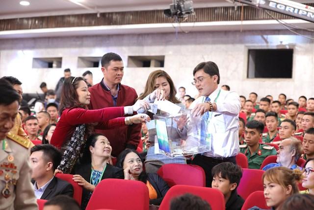 Khách mời tham dự Chương trình ủng hộ đồng bào miền Trung. Ảnh: Quang Vinh.