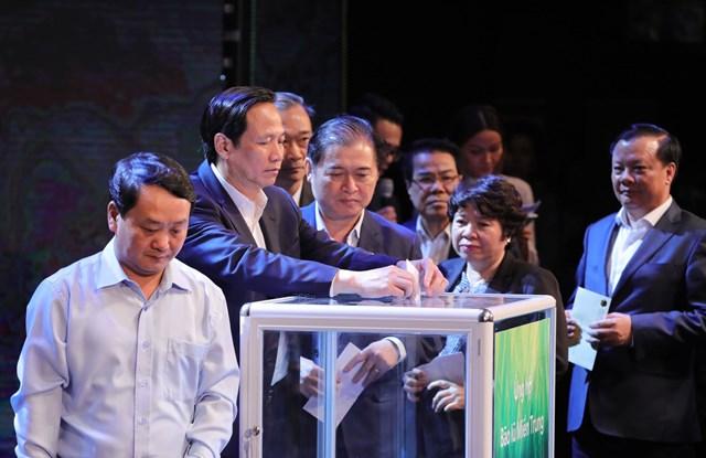 Các vị lãnh đạo Đảng, Nhà nước, MTTQ Việt Nam ủng hộ đồng bào miền Trung tại Chương trình. Ảnh: Quang Vinh.
