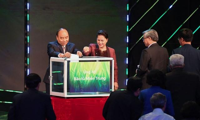 Thủ tướng Chính phủ Nguyễn Xuân Phúc, Chủ tịch Quốc hội Nguyễn Thị Kim Ngân và các lãnh đạo Đảng, Nhà nước, MTTQ Việt Nam ủng hộ đồng bào vùng lũ tại Chương trình. Ảnh: Quang Vinh.