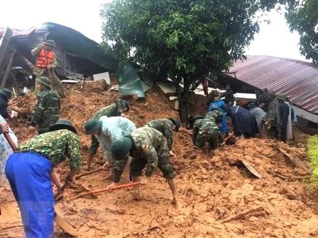 Lực lượng cứu hộ, cứu nạn tiếp cận hiện trường vụ sạt lở đất. (Ảnh: TTXVN phát).