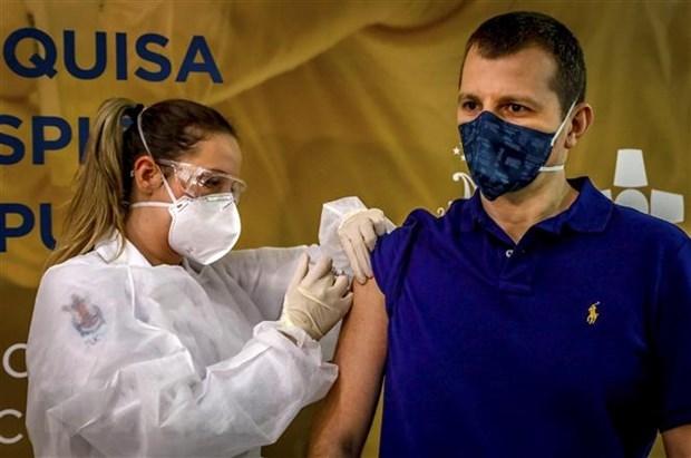 Nhân viên y tế tiêm vaccine ngừa Covid-19 cho tình nguyện viên tại Porto Alegre, Brazil. (Ảnh: AFP/TTXVN).