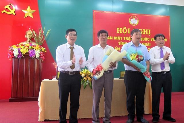 Lãnh đạo Mặt trận tỉnh tặng hoa chúc mừng 2 tân Phó Chủ tịch Ủy ban MTTQ Việt Nam tỉnh Quảng Ngãi.