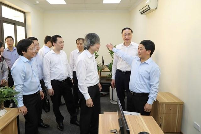 Phó Chủ tịch - Tổng Thư ký Hầu A Lềnh tham quan trụ sở mới của Báo Đại Đoàn Kết. (Ảnh: Quang Vinh).