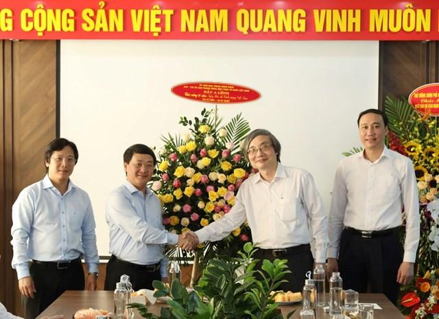 Phó Chủ tịch - Tổng Thư ký Hầu A Lềnh tặng hoa chúc mừng Báo điện tử Đại Đoàn Kết. (Ảnh: Quang Vinh).