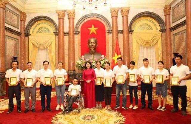 Phó Chủ tịch nước Đặng Thị Ngọc Thịnh gặp mặt các gia đình trẻ tiêu biểu năm 2020. Ảnh: VGP/Nhật Nam.