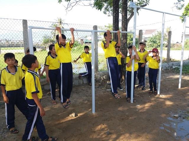 Học sinh tỉnh Khánh Hòa trong một buổi tập luyện với xà đơn được tài trợ miễn phí từ ông Thanh và Hội Ái mộ Yersin.