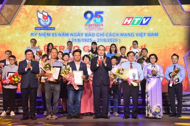 Bí thư Thành ủy TP HCM Nguyễn Thiện Nhân và Chủ tịch UBND TP HCM Nguyễn Thành Phong chụp ảnh lưu niệm với các nhà báo có tác phẩm đạt giải Nhất. (Ảnh: Hồng Phúc).