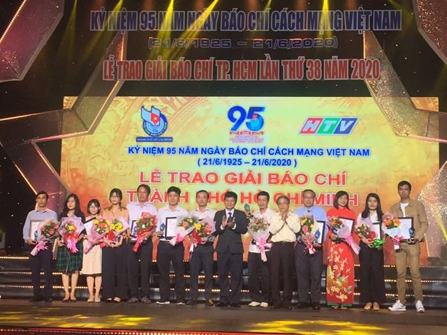 Chủ tịch Hội Nhà báo TP HCM Trần Trọng Dũng trao giải cho các tác giả đạt giải báo chí TP HCM lần thứ 38. (Ảnh: Hồng Phúc).