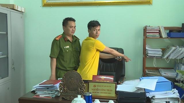 Đối tượng Trần Viết Tiến được đưa đến trụ sở UBND xã Ea Tu để thực nghiệm điều tra.