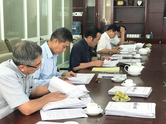 Các thành viên trong đoàn giám sát kiểm tra quy trình giải quyết vụ việc của TTTP.