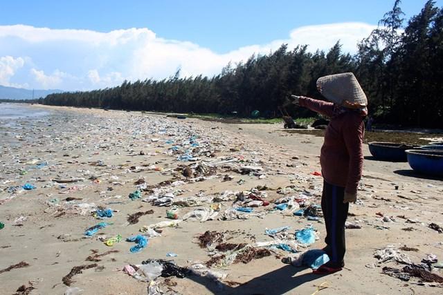 Bà Huỳnh Thị Lệ chỉ nơi tràn ngập rác thải.
