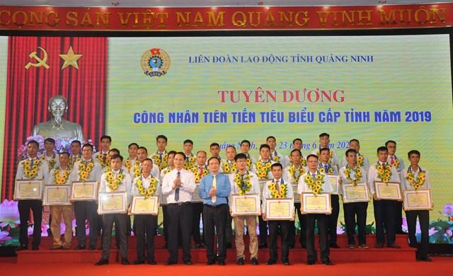 Lãnh đạo Khối các cơ quan tỉnh và lãnh đạo LĐLĐ tỉnh tặng các phần thưởng cho 65 công nhân tiêu biểu. Ảnh: Baoquangninh.com.vn.