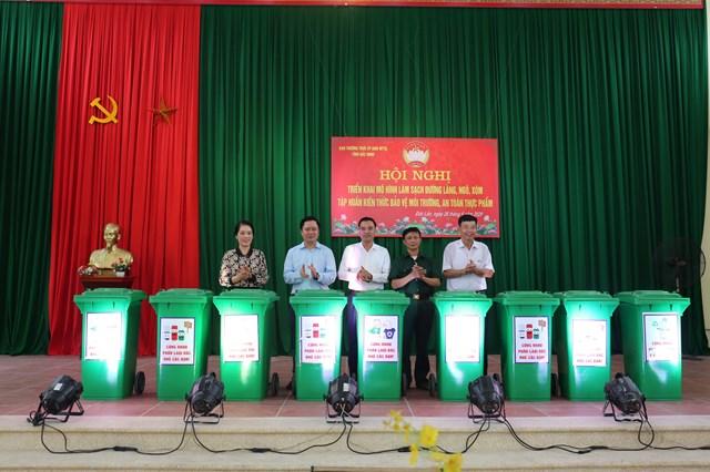 Lãnh đạo MTTQ tỉnh và Sở TNMT tặng quà thôn Đức Lân.