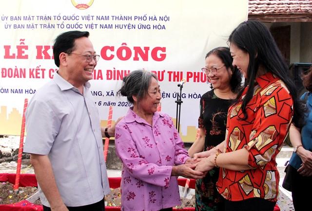 Bà Nguyễn Lan Hương bàn giao kinh phí và khởi công xây nhà Đại đoàn kết.