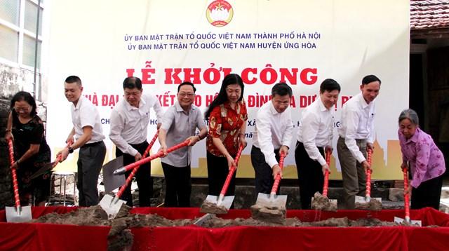 Bà Nguyễn Lan Hương dự lễ khởi công xây dựng nhà Đại đoàn kết.