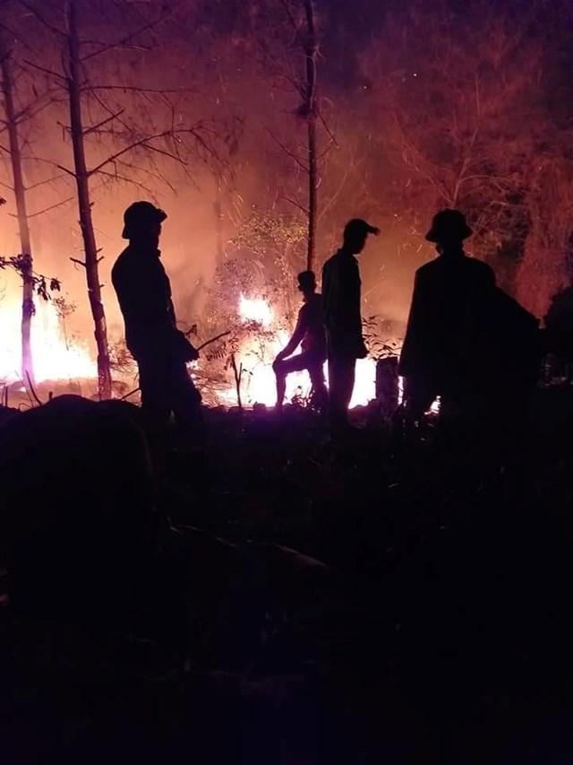 Hơn 2.000 người trắng đêm chữa cháy rừng tại xã Diễn An, huyện Diễn Châu.