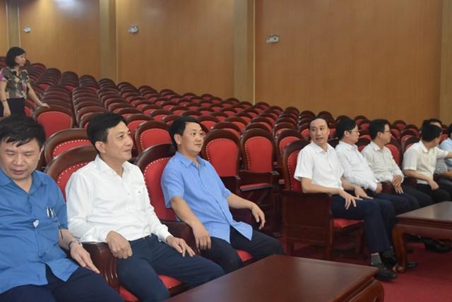Phó Chủ tịch - Tổng Thư ký Hầu A Lềnh và các đại biểu tham quan công trình. Ảnh: Trung Quân.
