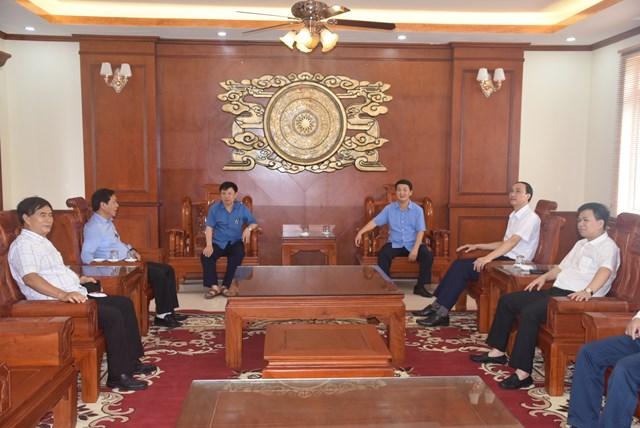 Phó Chủ tịch - Tổng Thư ký Hầu A Lềnh và các đại biểu trao đổi tại Trung tâm. Ảnh: Trung Quân.