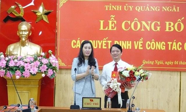 Ông Phạm Thanh Tùng, Trưởng ban Tổ chức Tỉnh ủy Quảng Ngãi (cầm hoa).