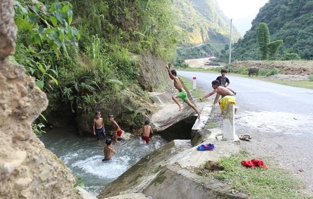 Trẻ em tắm ở khu vực sông, suối không có người lớn quản lý dễ xảy ra đuối nước.