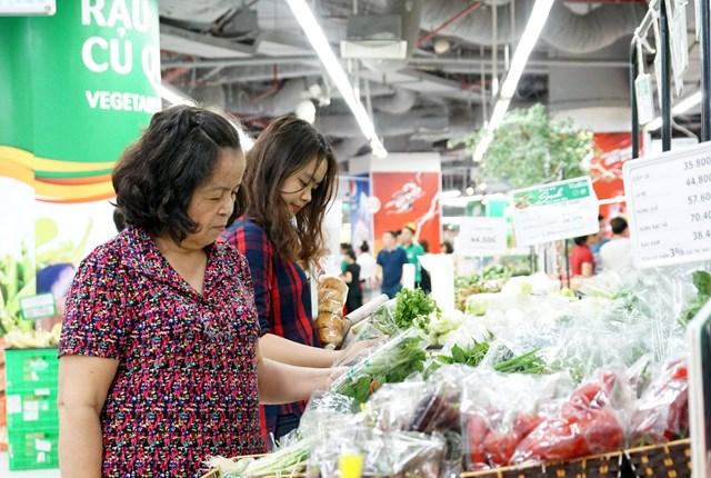 Nhờ sớm đón đầu theo hình thức phân phối đa kênh, nhiều doanh nghiệp thực phẩm có mức tăng trưởng cao trong đại địch Covid-19.ảnh: Quang Vinh.
